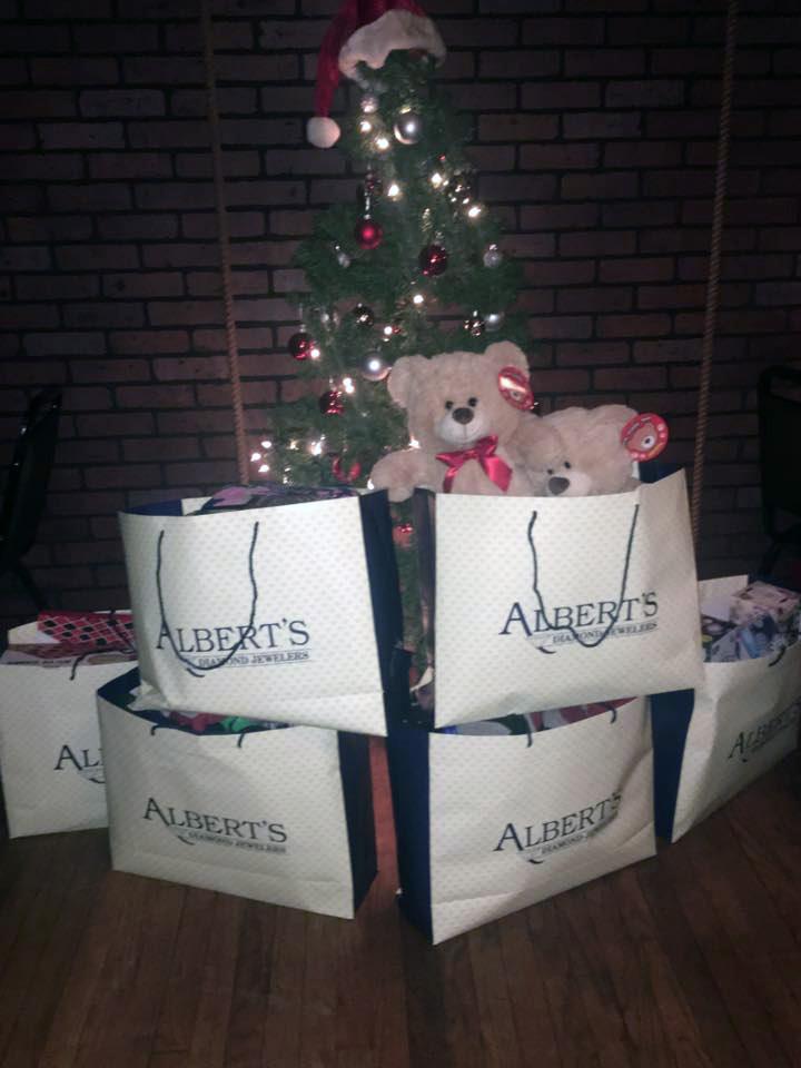 Alberts-Diamonds-Jewelers-donates-to-Seasons-for-Seniors-2016