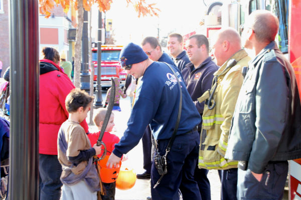 Downtown-Trick-or-Treat-Valpo-2012-3