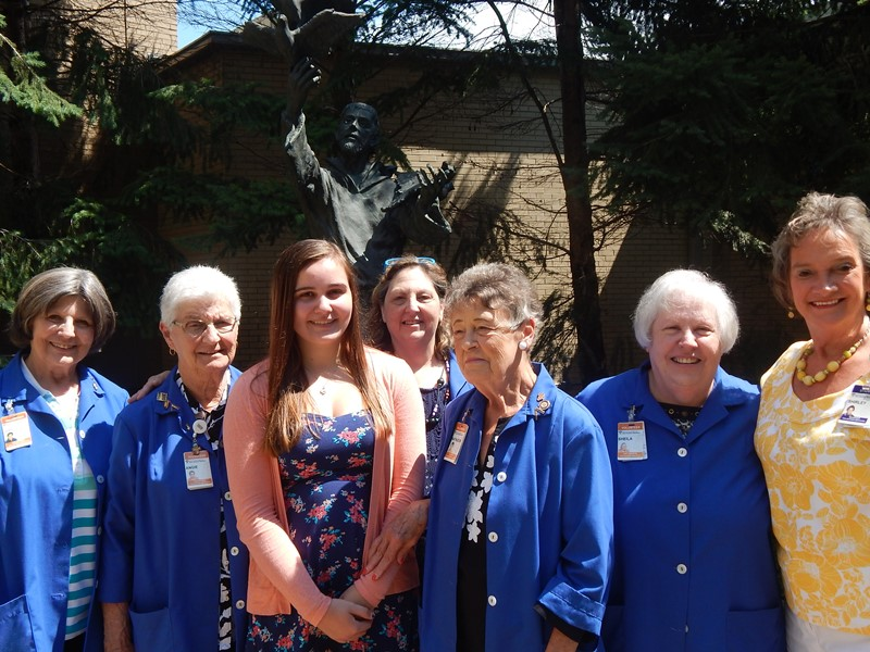 Franciscan-St-Anthony-Health-Michigan-City-Student-receives-scholarship-award-from-volunteers