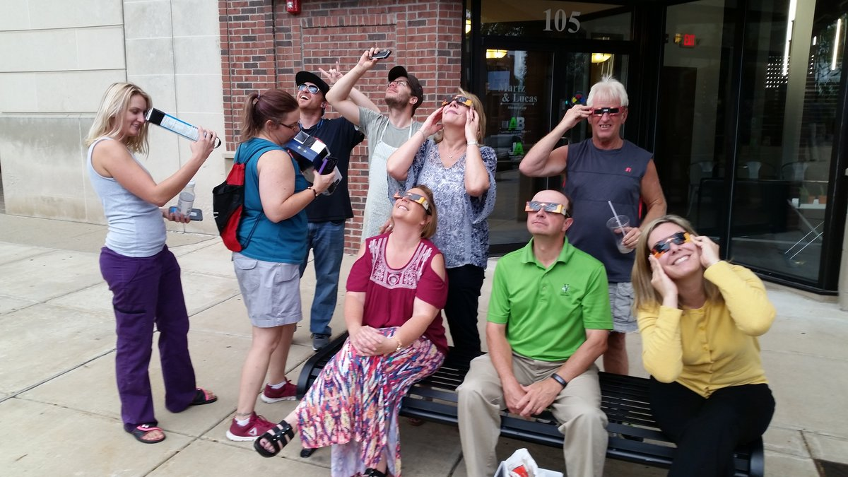 Valpo_residents_view_the_eclipse-1